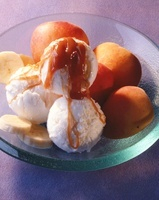 Ice cream with apricots, bananas and caramel