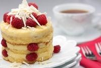 A mini sponge cake with white chocolate and raspberries