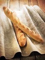 Baguettes on a linen cloth 22199071397| 写真素材・ストックフォト・画像・イラスト素材|アマナイメージズ