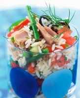 Rice salad with tuna, tomatoes and green beans