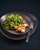 Rocket salad with scallops and walnuts