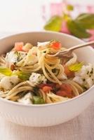 Spaghetti with mozzarella and tomatoes