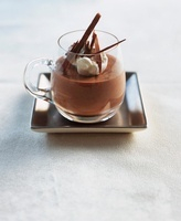 Mousse au chocolate with a dollop of cream and chocolate cur 22199072809| 写真素材・ストックフォト・画像・イラスト素材|アマナイメージズ