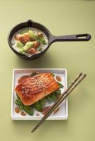 Salmon with cucumber in a creamy dill sauce and teriyaki sal 22199073167| 写真素材・ストックフォト・画像・イラスト素材|アマナイメージズ