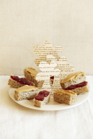 Bite Sized Peanut Butter and Jelly Sandwich Halves with Pape 22199073362| 写真素材・ストックフォト・画像・イラスト素材|アマナイメージズ