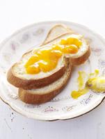 Plaited bread with butter and jam 22199073791| 写真素材・ストックフォト・画像・イラスト素材|アマナイメージズ