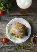 A tomato pesto sandwich and a glass of beer 22199073895| 写真素材・ストックフォト・画像・イラスト素材|アマナイメージズ