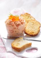 Salmon rillette with caviar and toasted bread 22199073960| 写真素材・ストックフォト・画像・イラスト素材|アマナイメージズ