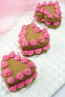 Heart-shaped sponge cakes decorated with pink cream 22199074017| 写真素材・ストックフォト・画像・イラスト素材|アマナイメージズ