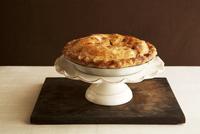 Whole Apple Pie on a Pedestal Dish 22199074297  写真素材・ストックフォト・画像・イラスト素材 アマナイメージズ