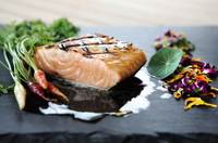 Grilled Salmon with Edible Flowers and Baby Carrots 22199074417| 写真素材・ストックフォト・画像・イラスト素材|アマナイメージズ