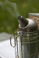 A smoker (bee-keeping equipment) 22199074626| 写真素材・ストックフォト・画像・イラスト素材|アマナイメージズ