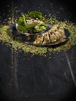 Tandoori chicken with sugar snap peas and radishes (India)