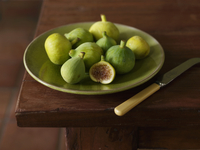 Plate of Fresh Whole Green Figs with One Fig Half 22199075627| 写真素材・ストックフォト・画像・イラスト素材|アマナイメージズ