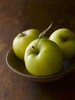 Three Golden Apples in a Bowl 22199075630  写真素材・ストックフォト・画像・イラスト素材 アマナイメージズ