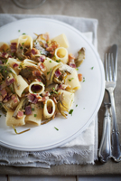 Rigatoni with artichokes, smoked ham and parsley