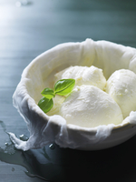 Mozzarella in a bowl lined with a muslin cloth 22199077284| 写真素材・ストックフォト・画像・イラスト素材|アマナイメージズ