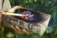 Making a wooden container out of a piece of wood by coal-burning