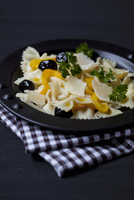 Farfalle salad with peppers, olives and parmesan 22199078416| 写真素材・ストックフォト・画像・イラスト素材|アマナイメージズ