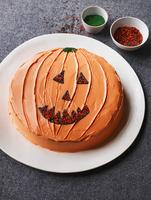 Pumpkin cake decorated with a jack-o'-lantern face 22199078444| 写真素材・ストックフォト・画像・イラスト素材|アマナイメージズ