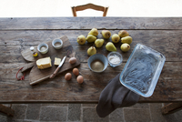 Ingredients for pear clafoutis on a wooden table 22199078445| 写真素材・ストックフォト・画像・イラスト素材|アマナイメージズ