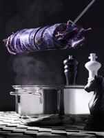 Napkin dumplings in a silk cloth above a pot on a chessboard 22199078599| 写真素材・ストックフォト・画像・イラスト素材|アマナイメージズ