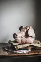 A Whole Fresh Pig Head from the Buther on a Table 22199078637| 写真素材・ストックフォト・画像・イラスト素材|アマナイメージズ
