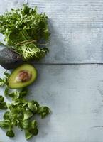 Assorted salad ingredients: lamb's lettuce, avocado and a bunch of rocket 22199078648| 写真素材・ストックフォト・画像・イラスト素材|アマナイメージズ