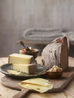 BergkAese cheese, bread, dried fruits and pear & cinnamon chutney 22199078691| 写真素材・ストックフォト・画像・イラスト素材|アマナイメージズ