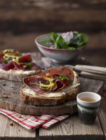 Rustic bread with Grisons air-dried beef, capers, lemon peel and lamb's lettuce 22199078694| 写真素材・ストックフォト・画像・イラスト素材|アマナイメージズ