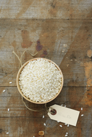 Risotto rice in a small bowl on a wooden surface (view from above) 22199078740| 写真素材・ストックフォト・画像・イラスト素材|アマナイメージズ