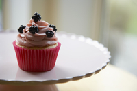 Cupcake topped with blackberries, on a cake stand 22199078767| 写真素材・ストックフォト・画像・イラスト素材|アマナイメージズ