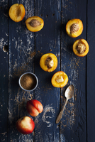 Nectarine halves with butter and brown sugar 22199078835| 写真素材・ストックフォト・画像・イラスト素材|アマナイメージズ