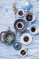 A still life featuring assorted types of tea, a teapot and a tea strainer 22199078890| 写真素材・ストックフォト・画像・イラスト素材|アマナイメージズ