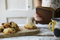 Anzac biscuits with coconut and dried fruits 22199078905| 写真素材・ストックフォト・画像・イラスト素材|アマナイメージズ