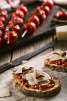 Bruschetta and grilled spicy tomato on a wooden cutting board. 22199078923| 写真素材・ストックフォト・画像・イラスト素材|アマナイメージズ