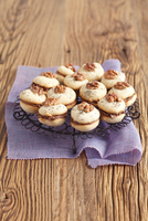 Biscuits with chocolate filling and walnuts 22199079115| 写真素材・ストックフォト・画像・イラスト素材|アマナイメージズ