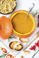 Pumpkin soup in hollowed-out pumpkin 22199079134| 写真素材・ストックフォト・画像・イラスト素材|アマナイメージズ