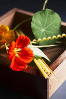 Nasturtiums and assorted pasta in a wooden box 22199079156| 写真素材・ストックフォト・画像・イラスト素材|アマナイメージズ