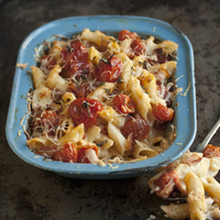 Macaroni cheese with tomatoes