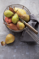Assorted varieties of pear with a knife in a wire basket 22199080142| 写真素材・ストックフォト・画像・イラスト素材|アマナイメージズ