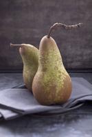 Two pears 22199080146  写真素材・ストックフォト・画像・イラスト素材 アマナイメージズ