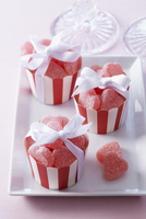 Heart-shaped fruit jellies in muffin cases as gifts for guests