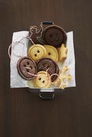 Button biscuits in a tin 22199080324| 写真素材・ストックフォト・画像・イラスト素材|アマナイメージズ