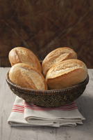 Bread rolls in a basket 22199080352| 写真素材・ストックフォト・画像・イラスト素材|アマナイメージズ
