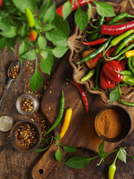 Fresh whole chillies, chilli flakes and chilli powder 22199080468| 写真素材・ストックフォト・画像・イラスト素材|アマナイメージズ