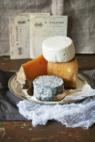 Assorted types of cheese from France, on a platter 22199080485| 写真素材・ストックフォト・画像・イラスト素材|アマナイメージズ