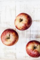 Three red apples, from above 22199080530| 写真素材・ストックフォト・画像・イラスト素材|アマナイメージズ