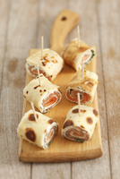 Rolled strips of pancake filled with smoked salmon, cheese and dill 22199080640| 写真素材・ストックフォト・画像・イラスト素材|アマナイメージズ