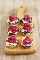 Crackers with goat's cheese, caramelised red onions and black sesame seeds 22199080641| 写真素材・ストックフォト・画像・イラスト素材|アマナイメージズ